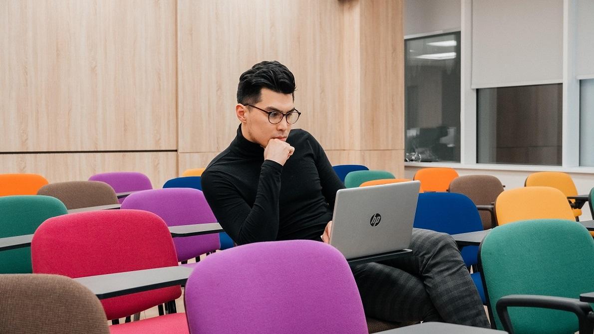 """PhD-студент бизнес-школы Хенли Данияр: """"Не включать синдром отличника и меньше стрессовать"""""""