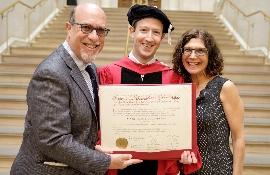 Основатель Facebook получил диплом Гарвардского университета